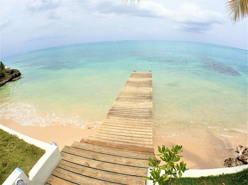 BEACHFRONT VILLA, FULLY STAFFED IN JAMAICA,Culloden Cove,South Coast 3BR, holiday rental in Petersfield