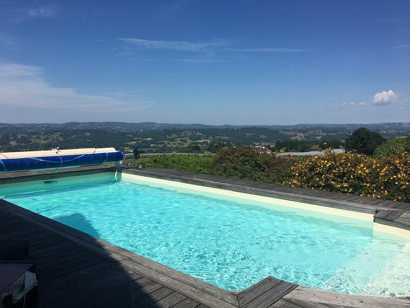 Maison élégante avec piscine chauffée et vue panoramique, location de vacances à Allassac