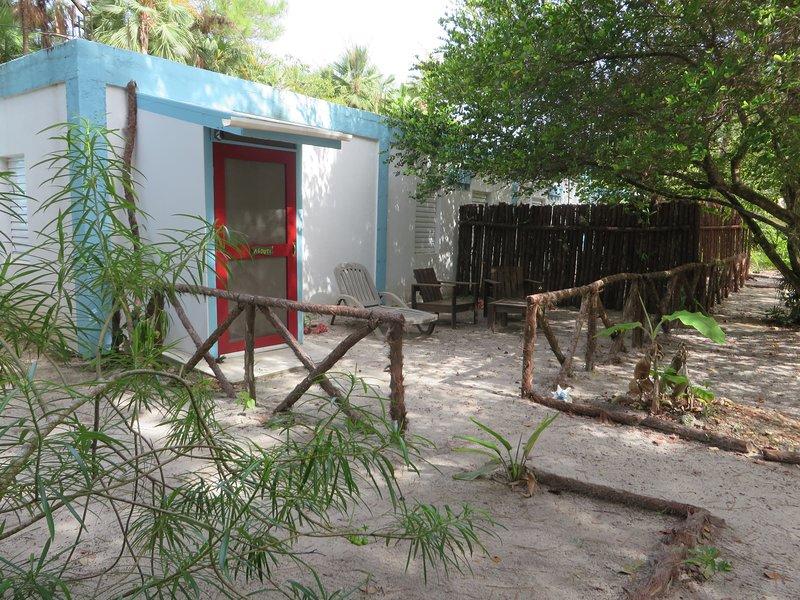Tropical garden experience in colorful setting in the heart of Maya Beach, aluguéis de temporada em Seine Bight Village