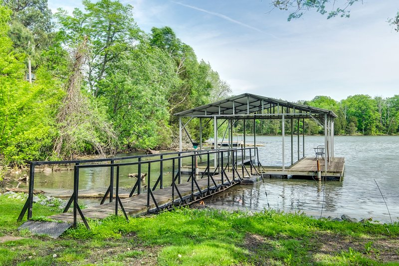 Old Hickory Lake Cottage with private covered dock, location de vacances à Gallatin