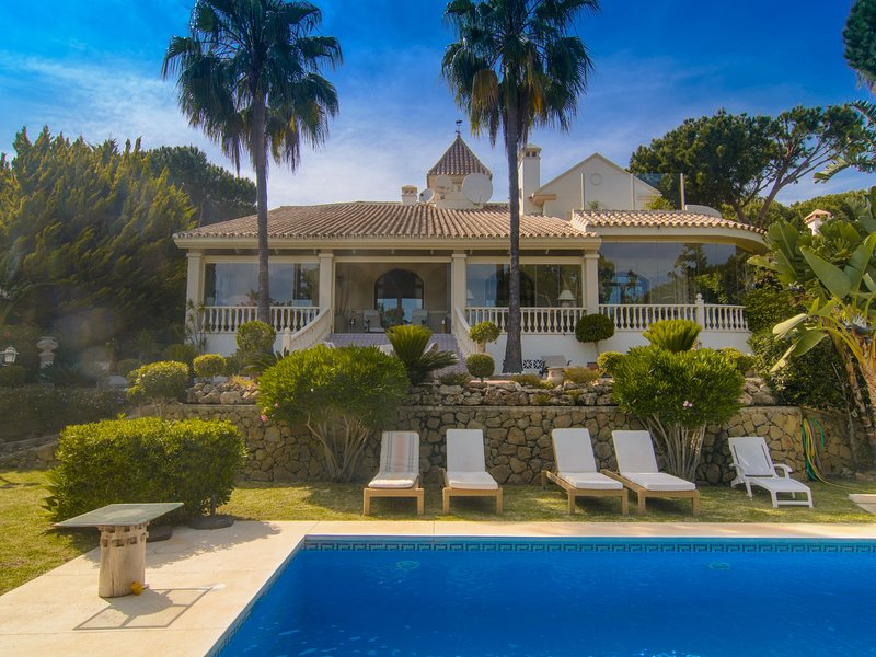 South-oriented opulent villa with six bedrooms on a spacious plot of 1200 m2, vacation rental in Artola