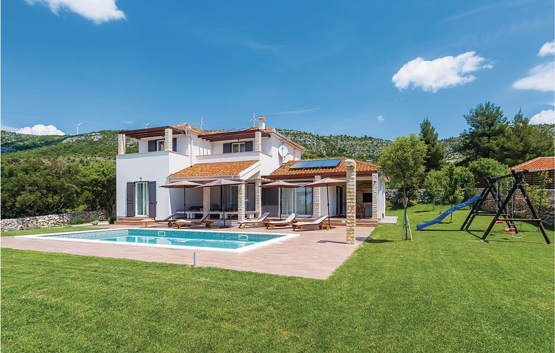 Amazing home in Dubrava with WiFi and 3 Bedrooms (CDJ220), location de vacances à Konjevrate