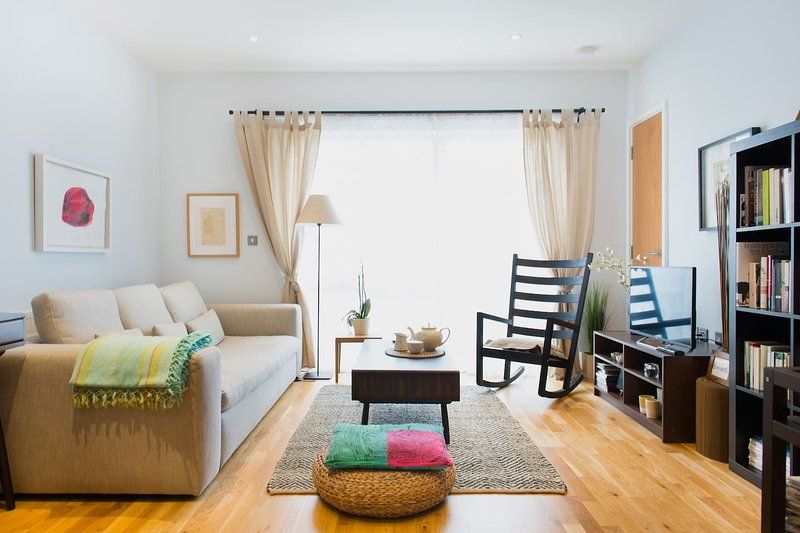 Romantic Balcony Apartment with beautiful views in vibrant East London, holiday rental in Stratford City