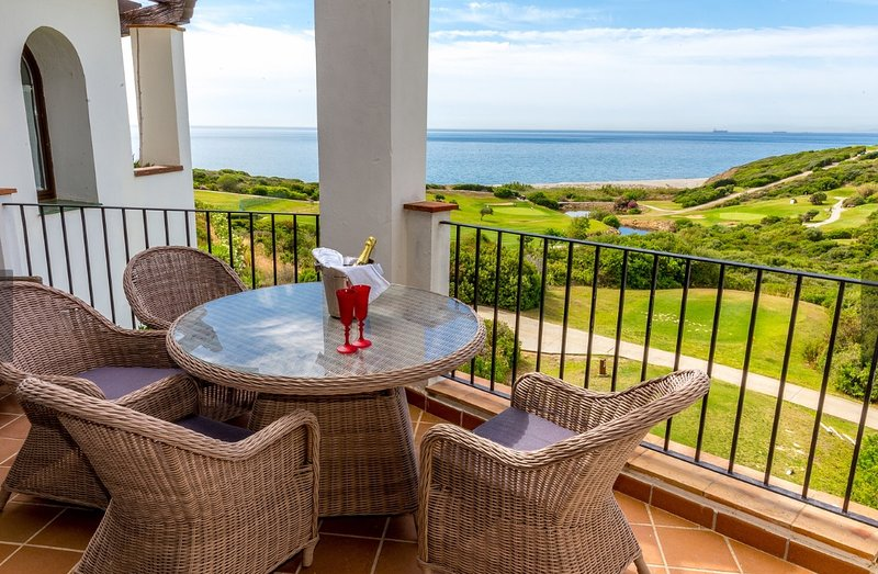 Luxurious Sea Golf View Apartment in Alcaidesa, holiday rental in Alcaidesa