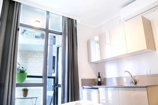 ★Stylish & Cozy Studio By Central Station/Balcony★, aluguéis de temporada em Shoresh