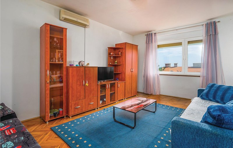 Stunning apartment in Rijeka with WiFi and 1 Bedrooms (CKO023), alquiler de vacaciones en Marinići