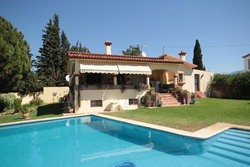 Beautiful villa with large private swimming pool, San Pedro Alcántara, Marbella, holiday rental in San Pedro de Alcantara