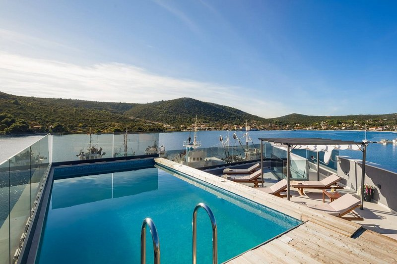 Modern Beachfront Luxury Villa, in Dalmatia, vacation rental in Vinisce