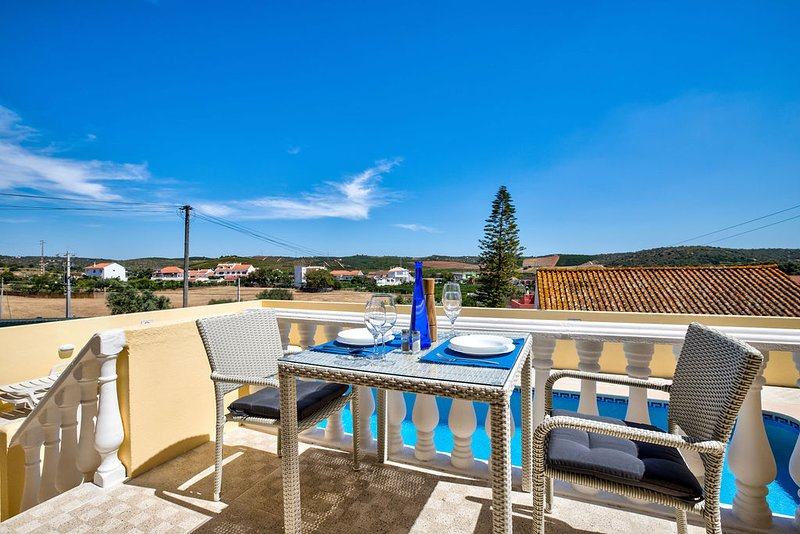 Buiten dineren met uitzicht op het zwembad