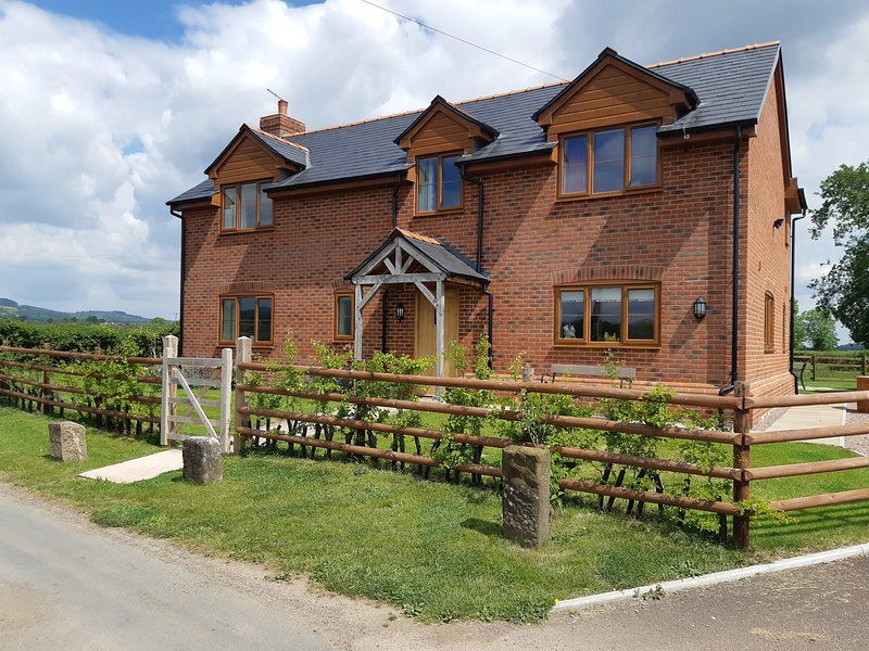 BROOK COTTAGE, spacious, five bedrooms, woodburner, hot tub, near Westbury on, holiday rental in Forest of Dean