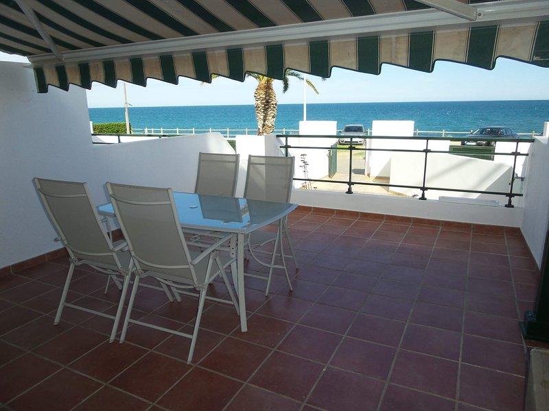APART. MIRAMAR. APART. FRENTE AL MAR CON PISCINA 6-7 PERSONAS 50 M. DE LA PLAYA, holiday rental in Vinaros