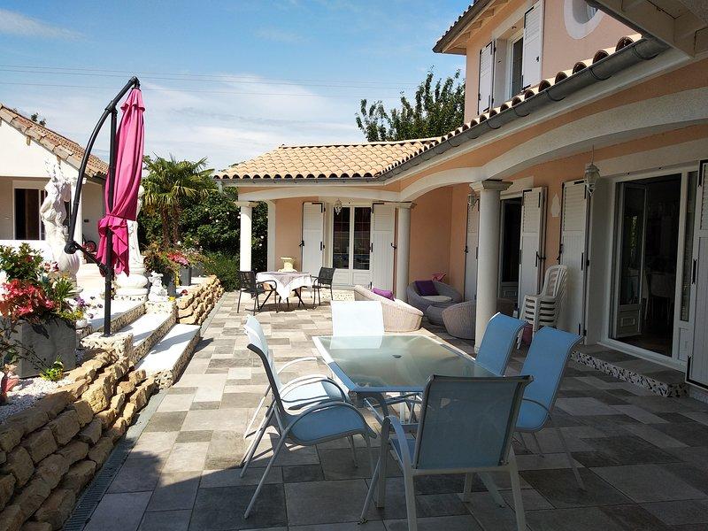 chambre (suite parentale) et table d'hôtes chez l'habitant., vacation rental in Le Peage-de-Roussillon