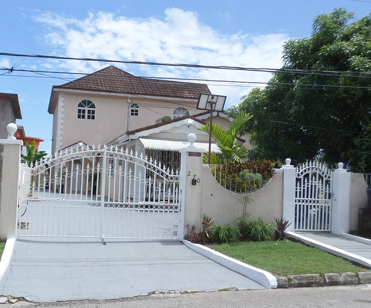 Leon's Luxury Montego Bay holiday Home, holiday rental in Saint James Parish