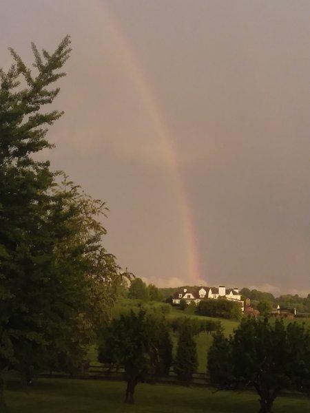 Sí, en ocasiones tenemos vistas del arco iris después de una tormenta de lluvia.
