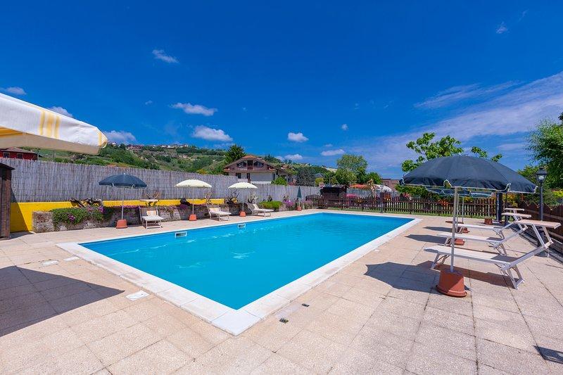 La piscina comunale, le terrazze e il giardino