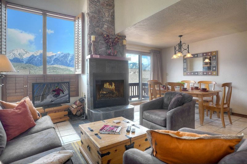 Condo with Panoramic Mountain Views from Windows Balconies and Grounds, holiday rental in Purgatory