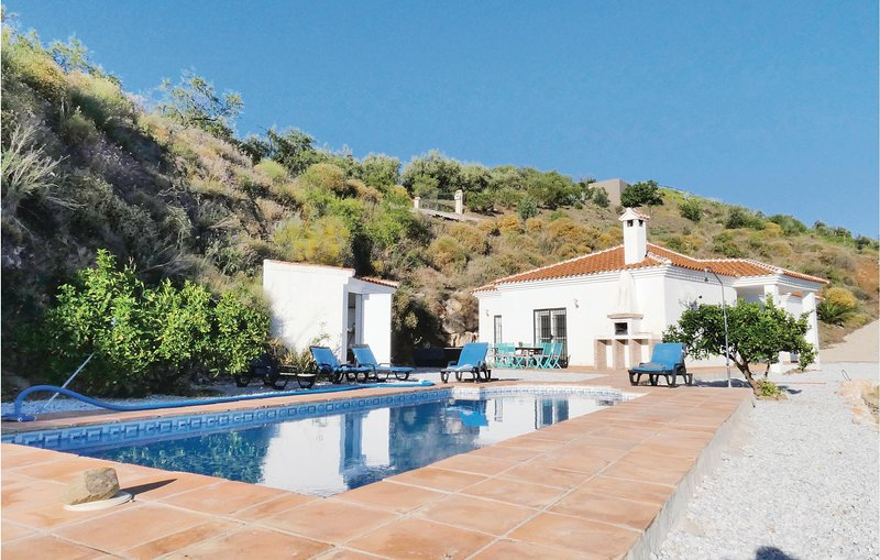Awesome home in Arenas with Outdoor swimming pool, WiFi and Outdoor swimming poo, location de vacances à Loma las Chozas