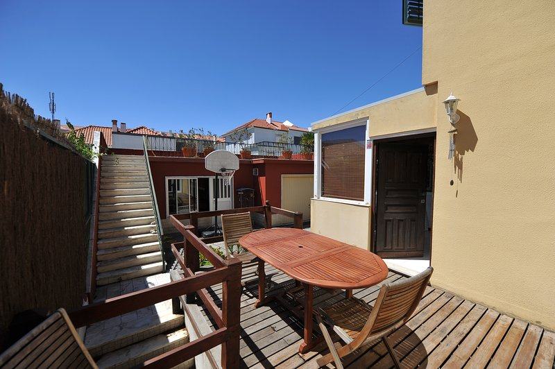 Amazing house with garden & terrace, vacation rental in Charneca