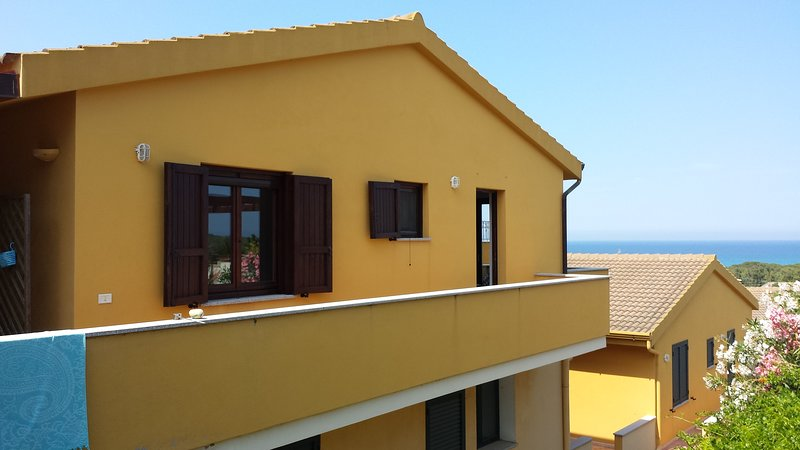 Panoramico appartamento a due passi dal mare (G), vakantiewoning in Capo Comino