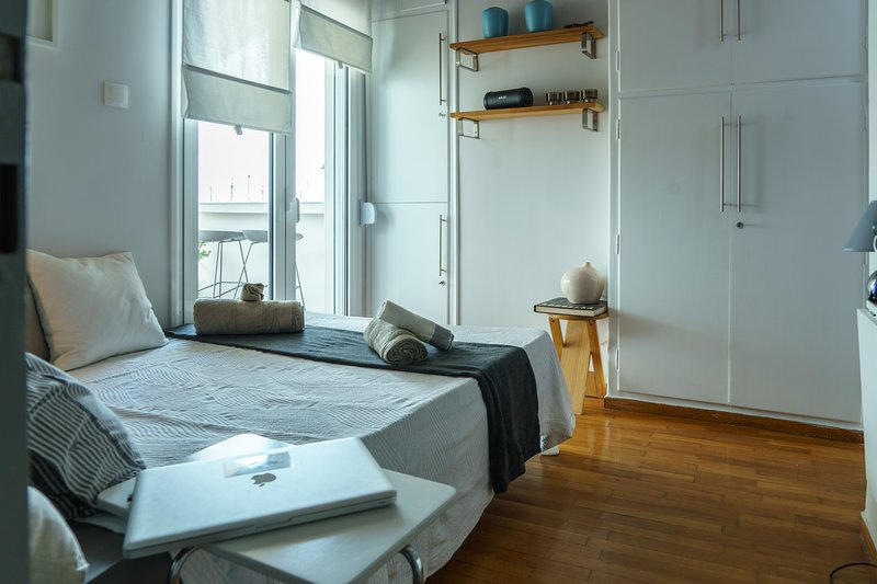 Small and cosy with Acropolis & Lycabettus view, holiday rental in Kaisariani