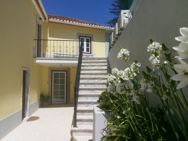 Villa in Sintra - Casa da Penha Ferrim - 3 suites, jardin BBQ et Parking, holiday rental in Mem Martins