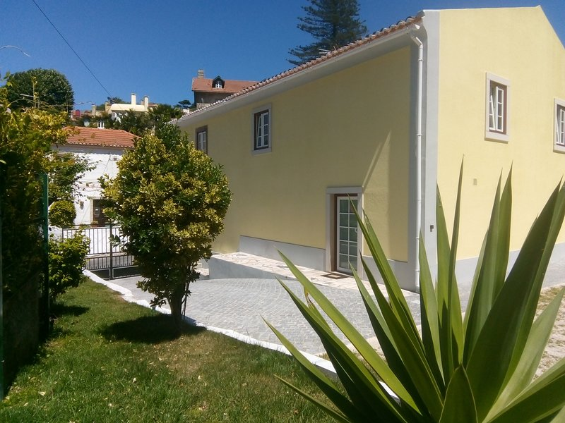 Suite Garret - Villa in Sintra - jardin, BBQ et Parking, holiday rental in Mem Martins