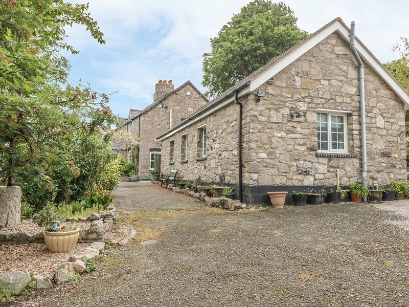BWTHYN BRYN LLWYN, romantic, country holiday cottage, with a garden in Denbigh, holiday rental in Pentre Llanrhaeadr