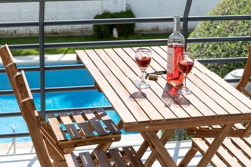 VILA APARTAMENTO para 4 con piscina EN VILASSAR DE MAR, 25 minutos de BCN, vacation rental in Alella