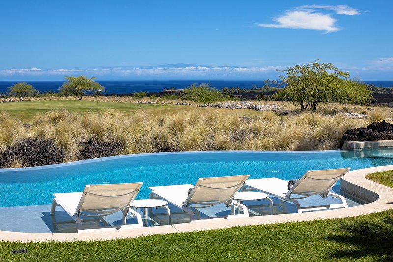 Détendez-vous au bord de votre somptueuse piscine à débordement serpentine et de votre spa pour 8 personnes donnant sur l'océan.