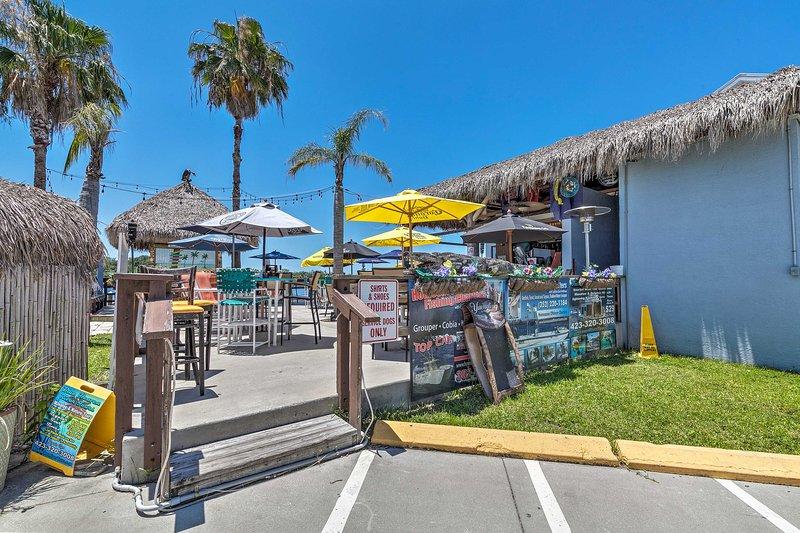 ¡Pasee hasta SeaGrass Waterfront Tiki Bar!