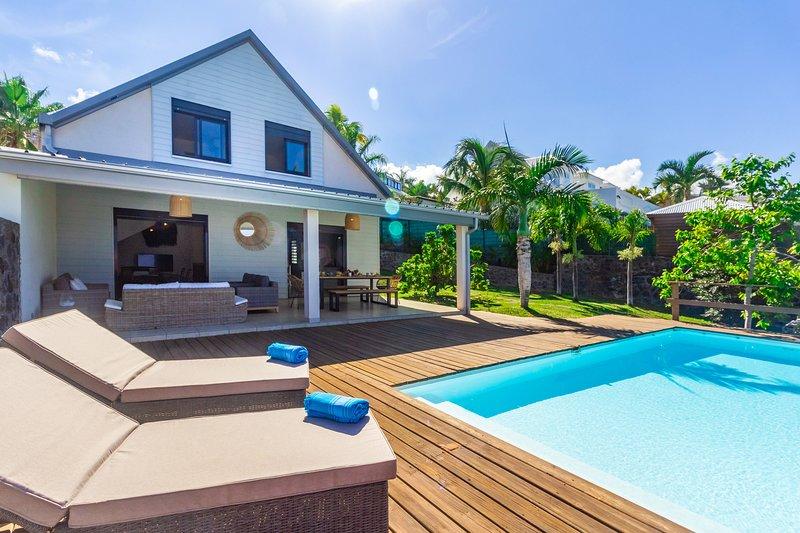 Villa Élysée - vue mer et piscine à St Gilles, holiday rental in Saint-Gilles-Les-Bains