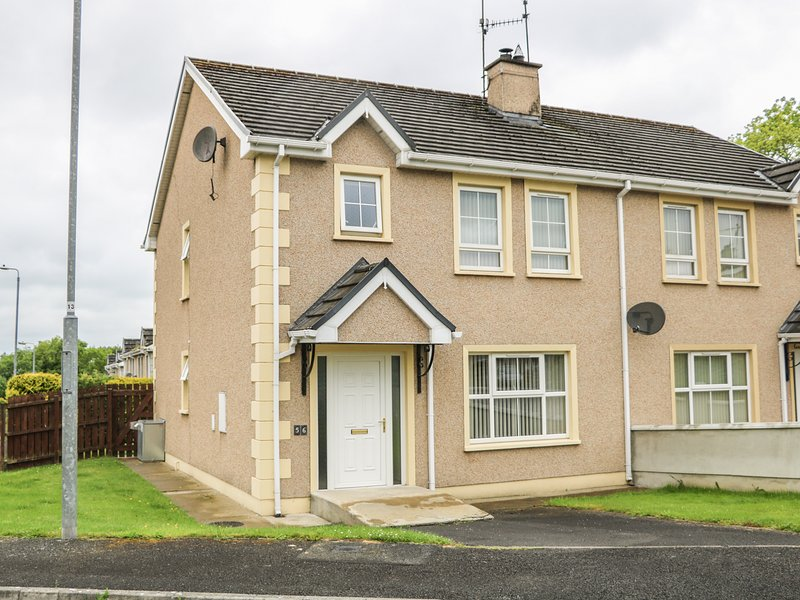 56 BEECHWOOD PARK, semi-detached, private enclosed garden, WiFi, nr Ballybofey, holiday rental in Ballybofey