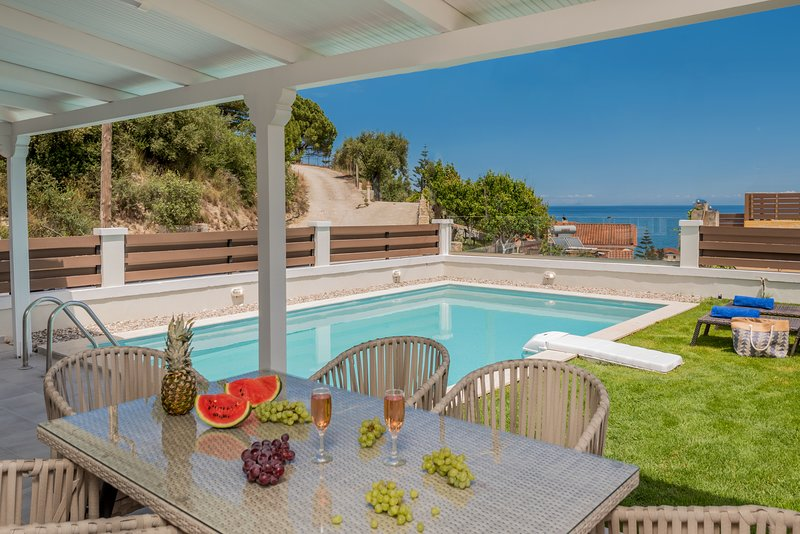 Siesta Luxurious Private Villa with Pool – semesterbostad i Kalliteros