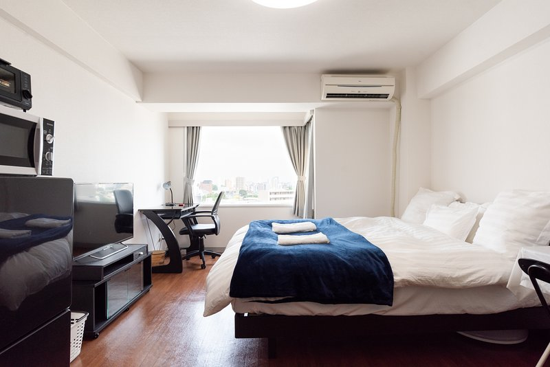 Overview of the bedroom, High Grade Queen size bed, Large LCD, Working Desk, Great View!