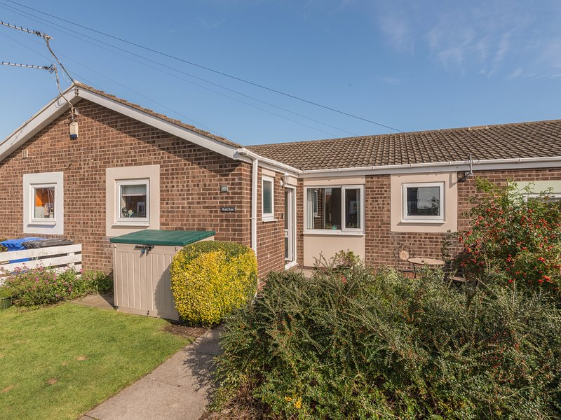 ROCK ROSE ground floor, enclosed patio, pet-friendly, close to beach, shops and, holiday rental in Beadnell