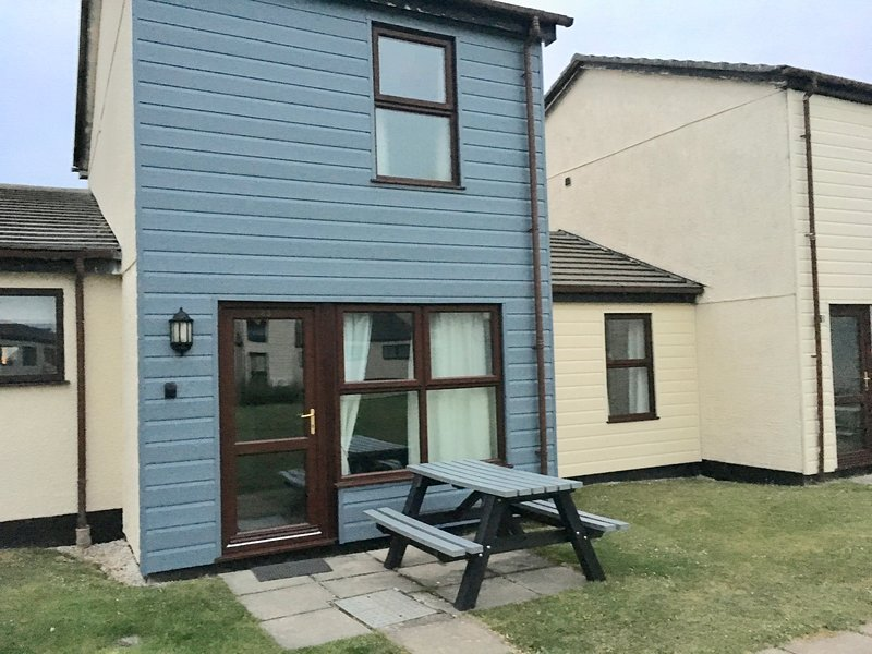 PERRANPORTH - *Great value, free facilities, indoor pool, tennis, play area, vacation rental in Perranporth