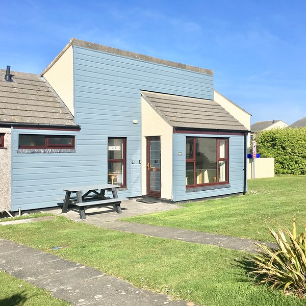 PERRANPORTH -LOVELY MODERN BUNGALOW- Swimming pool,  Play area,  Bar +Restaurant, holiday rental in Mithian