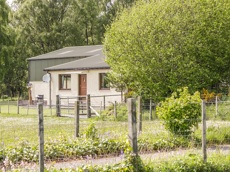 THE BOTHY, woodburning fire, open-plan, near Muir of Ord, vacation rental in Cononbridge