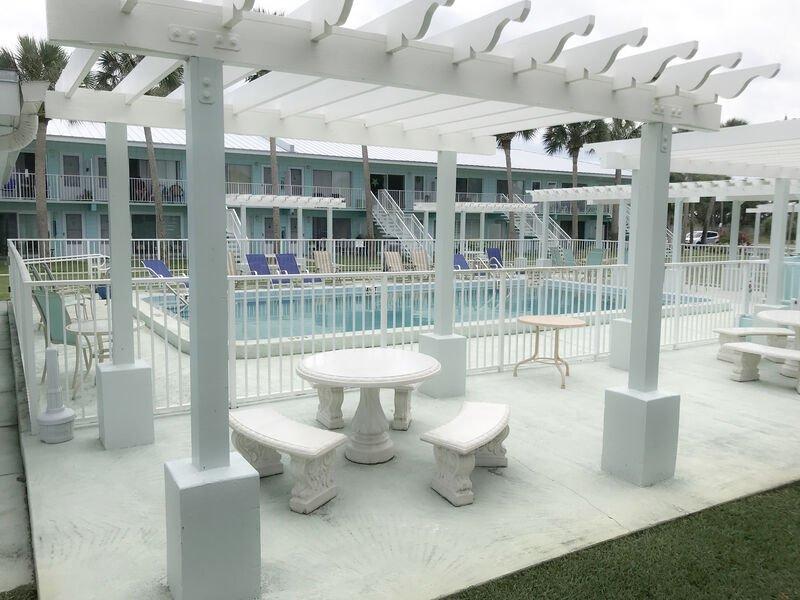 Tables de pique-nique pour déjeuner au bord de la piscine. Gaz bar-b-que grill.