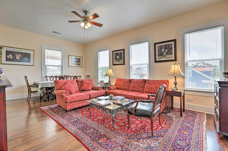 Este condominio de nivel superior cuenta con hermosos muebles antiguos.
