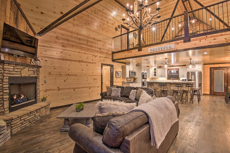 Large Upscale Cabin: Hot Tub, Fire Pit, Pool Table, vacation rental in Hochatown