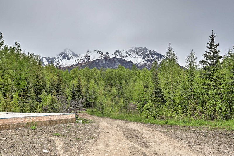 You'll be minutes away from Palmer & unbeatable hikes in the Alaskan wilderness.