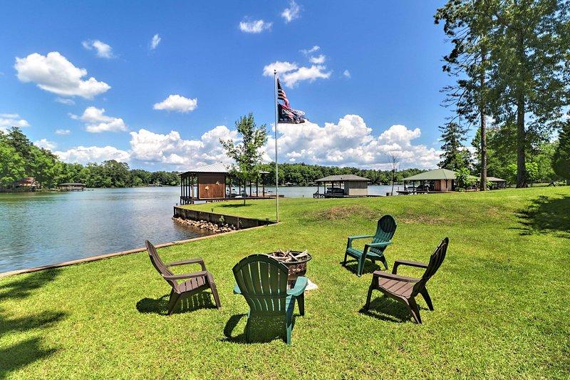 'Irish Rover' Lake Home w/ Yard Bar & Dock!, aluguéis de temporada em Milledgeville