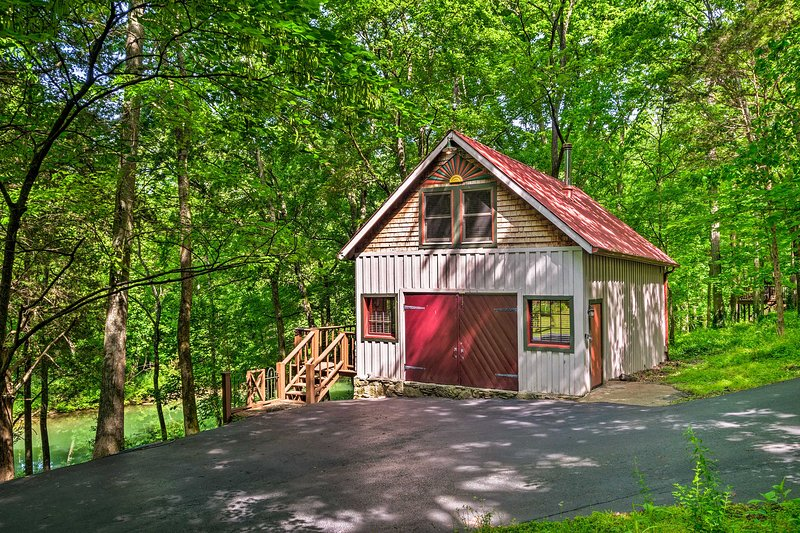Creekside Cabin ~ 10 Mi. from Bowling Green!, holiday rental in Alvaton
