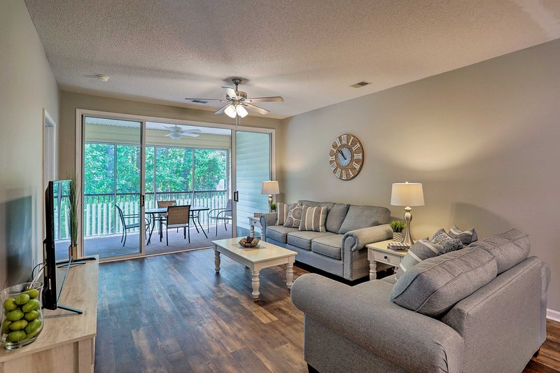 Beautiful Myrtle Beach Condo on Golf Course w/Pool, vacation rental in Conway