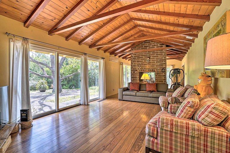 Bright & Spacious Los Altos Home on 1 Private Acre, vacation rental in Los Altos