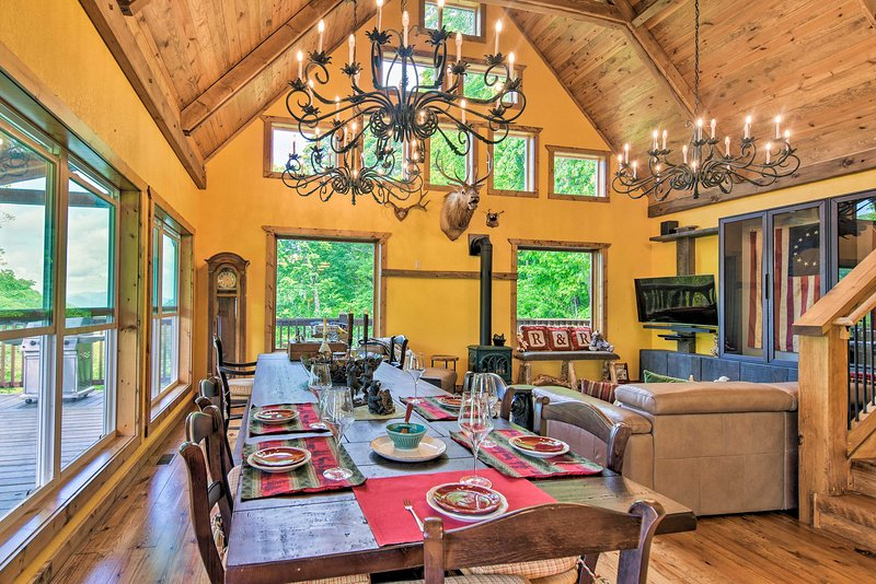 Breathtaking Great Smoky Mountains Retreat w/Deck!, location de vacances à Maggie Valley