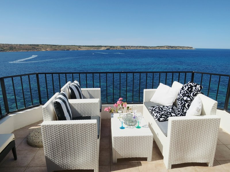Seafront Penthouse sun roof terrace Amazing Panoramic Ocean Views, vakantiewoning in Mellieha