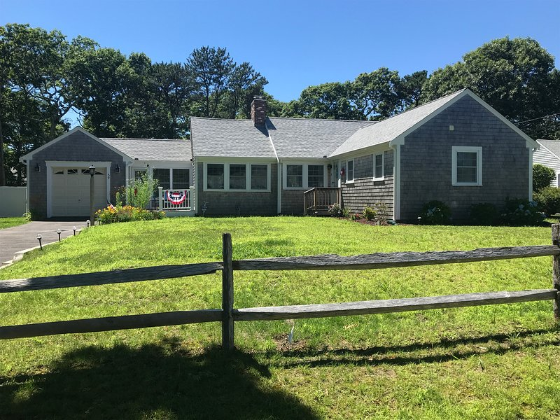 Immaculate - Spacious 4 Bed / 2 Bath Ranch (.5 miles to beach & attractions), holiday rental in South Yarmouth
