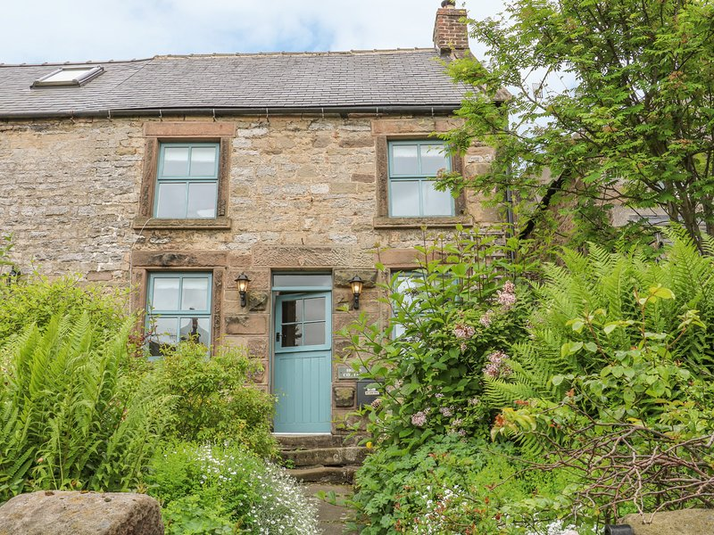 HOLLY COTTAGE, detached, woodburner, parking, terraced garden, in Bakewell, Ref, holiday rental in Winster